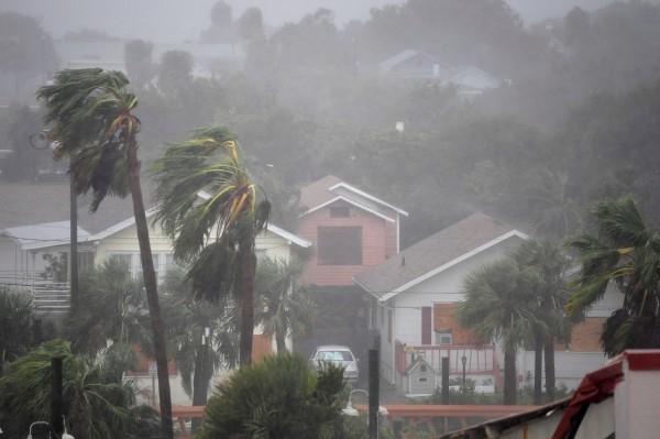 馬修強勁的風力影響美國東南沿岸,已造成約120萬戶停電。(路透)