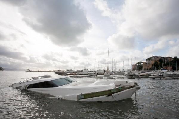 強風巨浪侵襲海岸線,摧毀大量停泊於碼頭的豪華遊艇。(美聯社)
