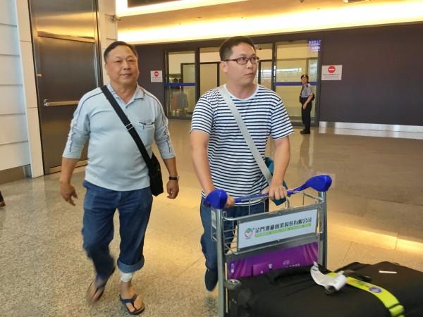 台灣旅行團在非洲肯亞遭河馬攻擊,其中23名團員在14日下午返台,歷劫餘生的團員吳鵬德(左)一回到台灣,兒女立刻前往機場接機,欣喜之情全寫在臉上。(中央社)
