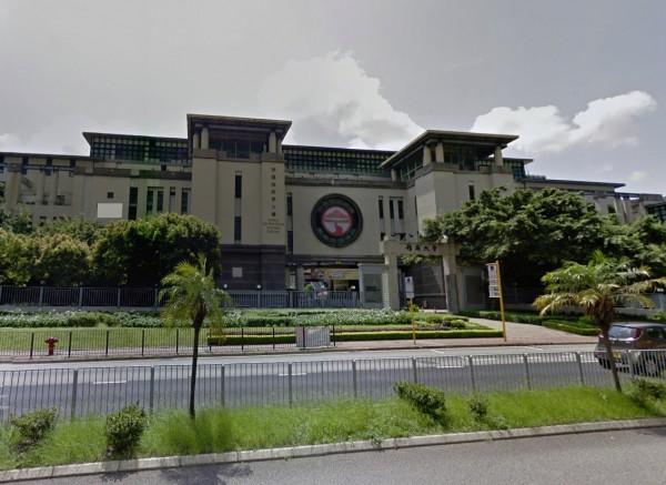 香港嶺南大學畢業典禮上,有學生當著香港行政長官林鄭月娥的面,提出多項政治訴求,包括要求判處9名「占中」人士無罪。(圖擷自Google地圖)