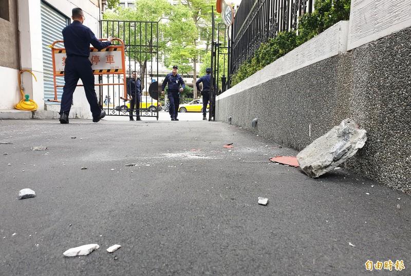 花蓮傳出規模6.1地震,台北市也有規模4級,立法院濟南路側車道外牆也有大塊水泥剝落。(記者陳志曲攝)