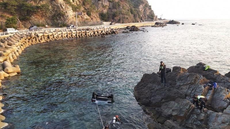 韓國江陵市今晨驚見一輛轎車倒頭墜海。(圖擷自Twitter)