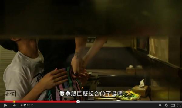 陳艾琳為微電影豁出去,脫衣激吻又跨坐在邱昊奇身上。(照片擷取自Youtube)