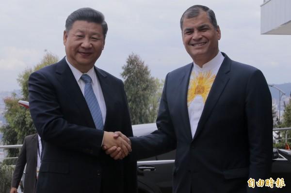 2016年11月,習近平訪問厄瓜多。右為時任厄瓜多總統柯利亞(Rafael Correa)。(法新社)