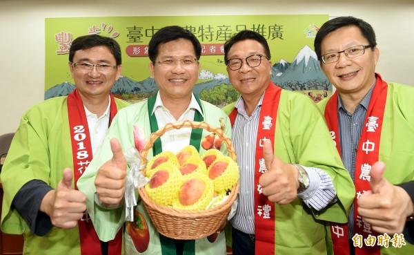 「台中市農特產品推廣暨形象影片發表」記者會4日在台北舉行,台中市長林佳龍(左二)與立委一起行銷台中市農特產。(記者方賓照攝)