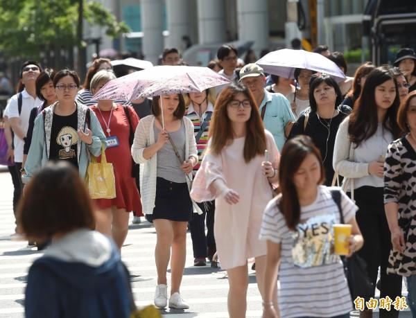 明日全台天氣普遍高溫炎熱,大台北地區高溫有機會超過36度。(資料照,記者方賓照攝)
