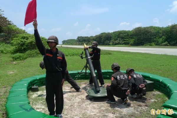 海巡署11月21日至23日將在太平島周遭舉行實彈射擊。圖為太平島海巡官兵進行火砲射擊訓練。(資料照)