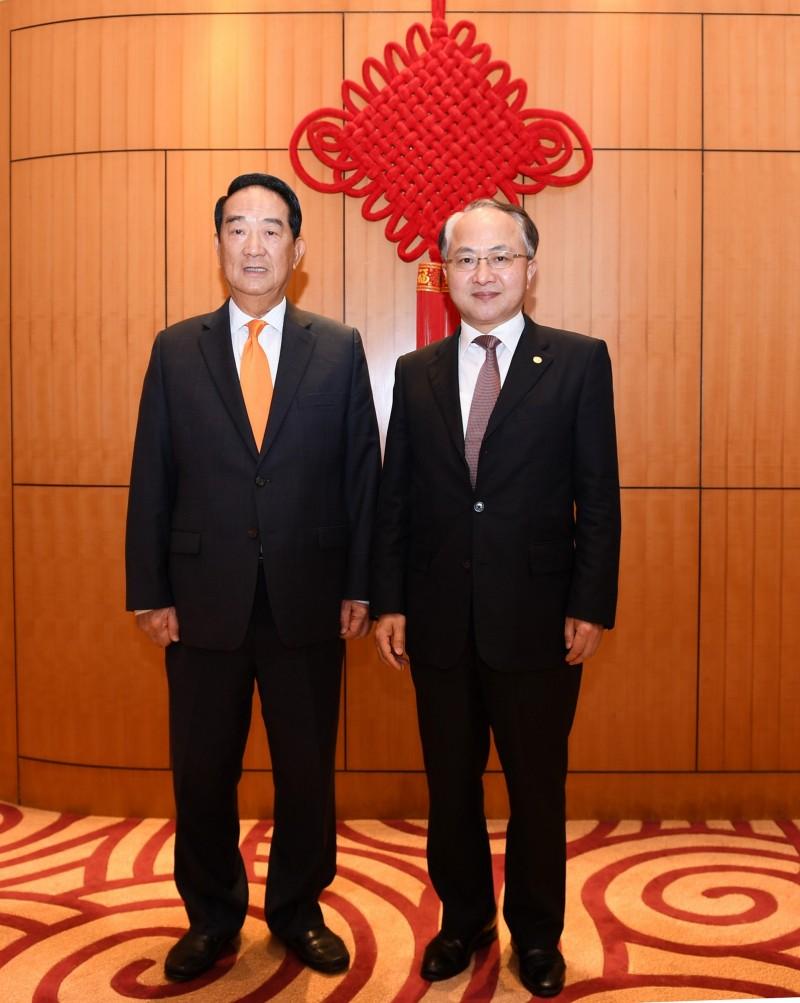 正在香港訪問的台灣親民黨主席宋楚瑜(左)15日晚會晤了北京中央駐港代表、中聯辦主任王志民;王志民向他說,「歡迎台灣朋友到訪中聯辦」。(擷取自香港中聯辦官網)