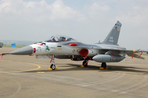 國防部官員表示,天氣晴朗的話,在M503航道上的民航機乘客能看到戰機飛行訓練,戰鬥模式恐遭中國摸透。圖為掛上對空飛彈的IDF戰鬥機。(資料照,記者張瑞楨攝)