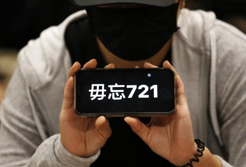 香港元朗西鐵站7月21日發生白衣人無差別襲擊後至今滿3個月,有市民發起傍晚於多個港鐵站進行進坐。(歐新社)