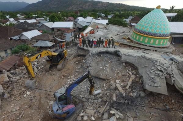 印尼龍目島5日發生規模6.9強震,造成多地災情慘重,據印尼國營媒體今日晚間最消息,死亡人數遽增至347人(路透)