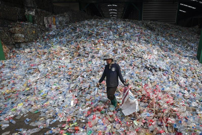 全球海洋中的塑膠廢棄物污染,造成約2.5兆美元(約新台幣77.3兆元)的損失,美國伯克利國家實驗室 (Berkeley Lab)合成出100%可回收塑膠,可能扭轉這個局面。(歐新社)