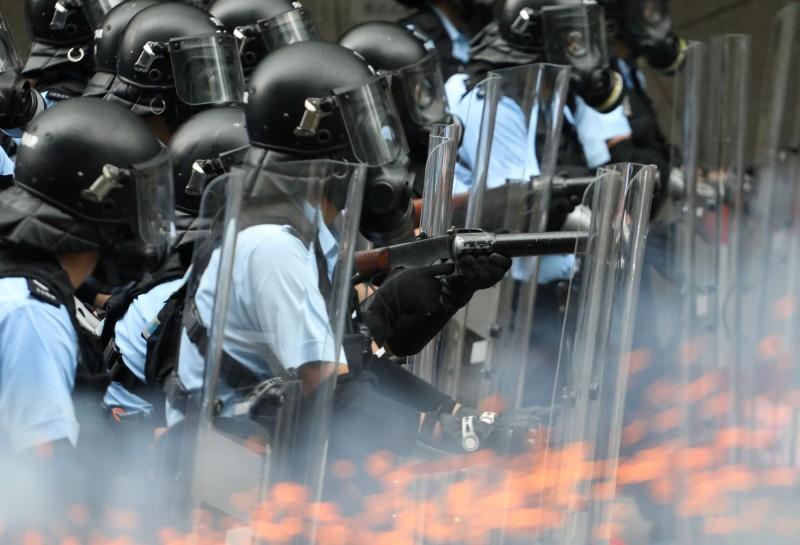 近來香港政府頻頻否認將6月12日的反送中示威行動定性為「暴動」。圖為當日香港警方鎮壓照。(路透)