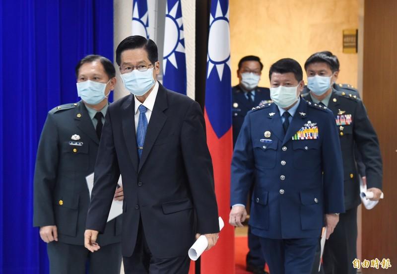 國防部長嚴德發(左二)表示,曾派敦睦艦隊2艘作戰艦前往監控中共遼寧號。(記者廖振輝攝)