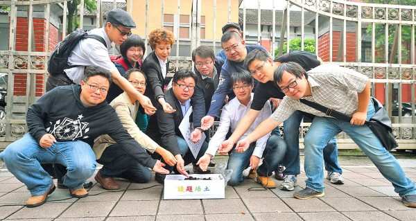 New Power Party legislative hopeful Hu Po-yen, center, and his supporters yesterday plant seeds in a flowerpot in front of the Legislative Yuan during a news conference to criticize the government's adjustments of the high-school curriculum guidelines. Photo: Wang Min-wei, Taipei Times