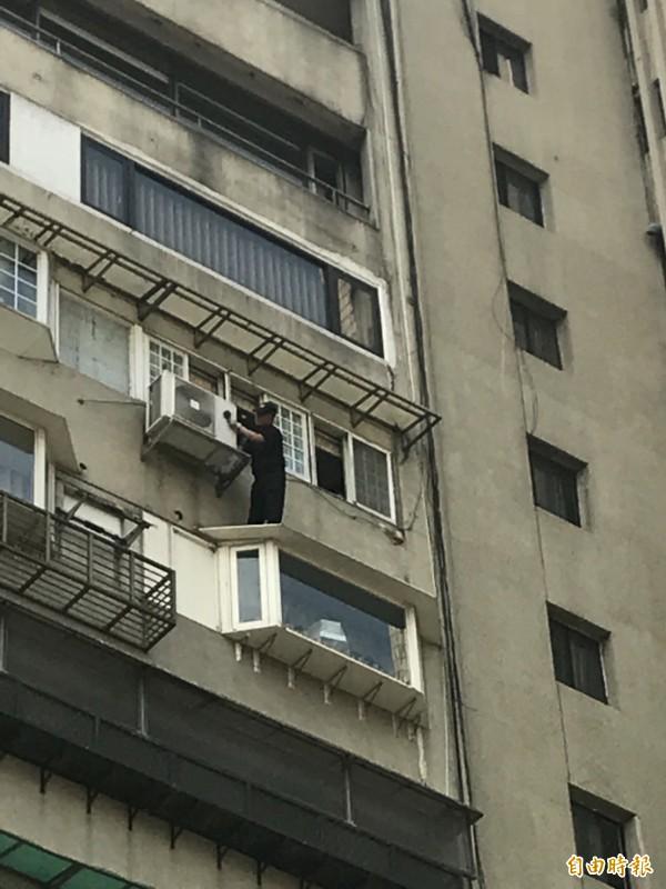 議員李新從前妻北市住處墜樓身亡,鑑識人員在11樓遮雨棚採證。(記者邱俊福攝)