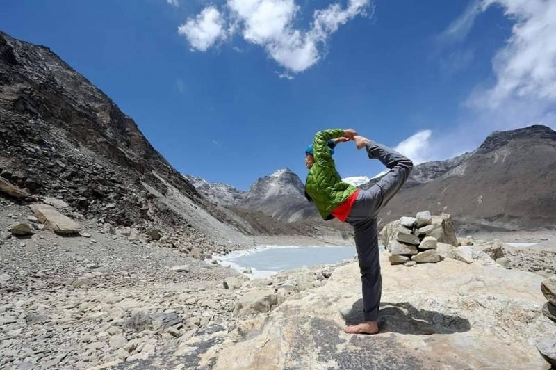 何茜芸前往尼泊爾參加瑜珈研習營,走了趟喜馬拉雅山聖母峰基地營,不但讓她放下流言紛擾,也成為她朝完百之路邁進的充電器。(何茜芸提供)