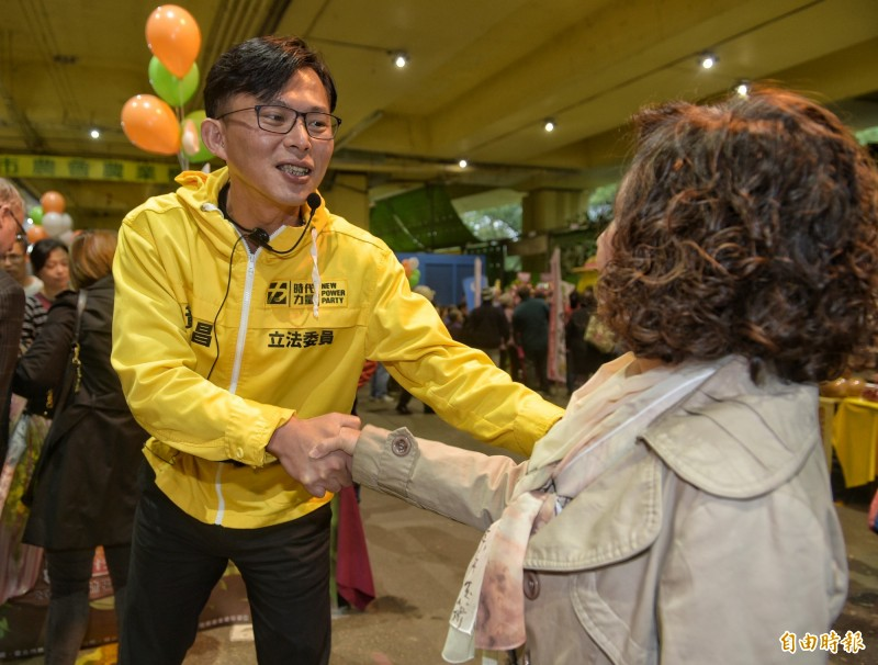 時代力量立委黃國昌7日前往台北建國假日花市拜票,為時代力量爭取政黨票。(記者張嘉明攝)