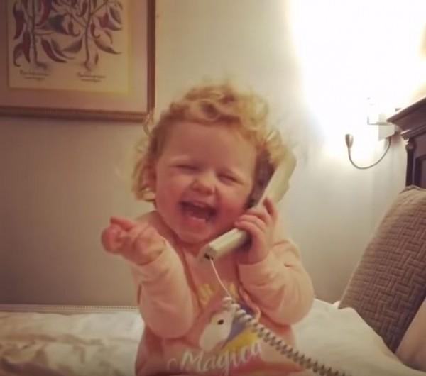 一名3歲女孩黛西(Daisy Healy),因為在一段影片中「假裝」與祖母通電話,舉手投足間情感流露,表情生動而爆紅。(圖擷取自Youtube)