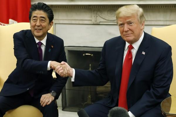 川普7日在白宮橢圓形辦公室與日本首相安倍晉三舉行會談。(彭博)