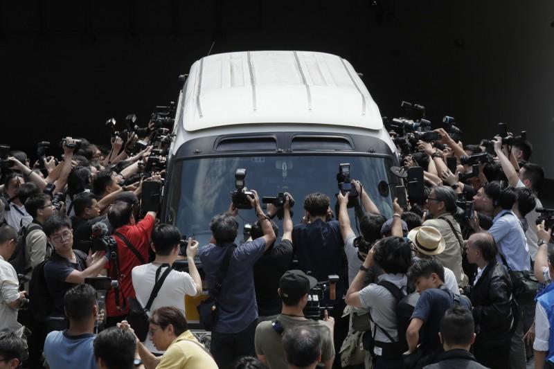 因「佔領中環」被判16個月的陳健民與被判8個月的黃浩銘,於昨日移監服刑,大批媒體包圍移監車輛。(美聯社)