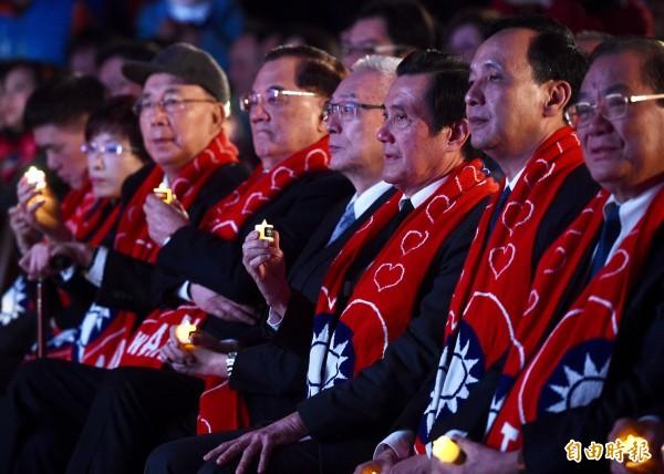 國民黨舉辦「經國先生逝世三十週年紀念大會」,前總統馬英九(右3)致詞時,痛批民進黨政府讓兩岸關係倒退,導致台灣國際競爭已經落後南韓。(記者羅沛德攝)