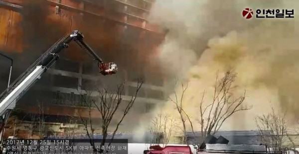 南韓建築工地火災,10名工人被送往醫院。(圖擷自《TV 인천일보》YouTube頻道)
