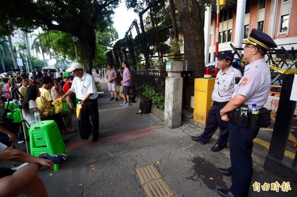 蘋果樹公民論壇傍晚於教育部門口前舉行,警方在旁戒備。(記者羅沛德攝)