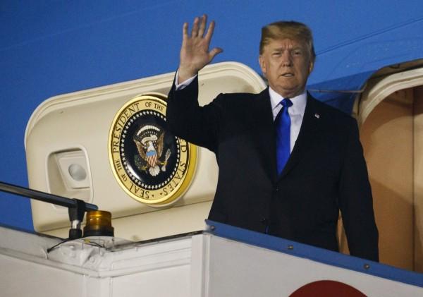 美國總統川普昨(10日)抵達新加坡,在當地發的首篇推特還是在痛斥加拿大。(美聯社)
