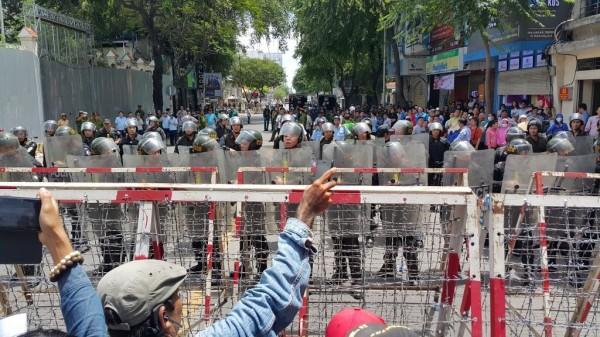 越南政府預料人民將在今天舉行抗議活動,提前在位於胡志明市的中國領事館架好層層拒馬,並且派駐多名警力駐守。(圖擷取自Twitter)