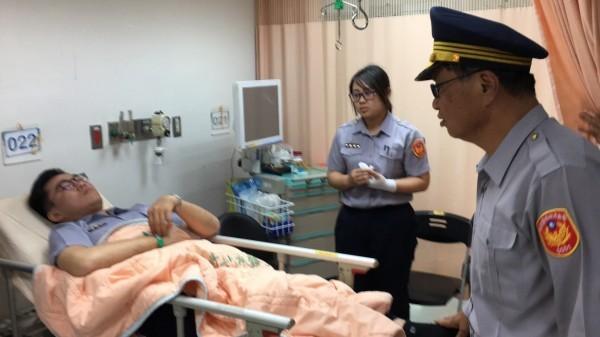 員警因逮補嫌犯而受傷,台南市警局長黃宗仁(右)也趕至醫院關心慰問。(記者萬于甄翻攝)