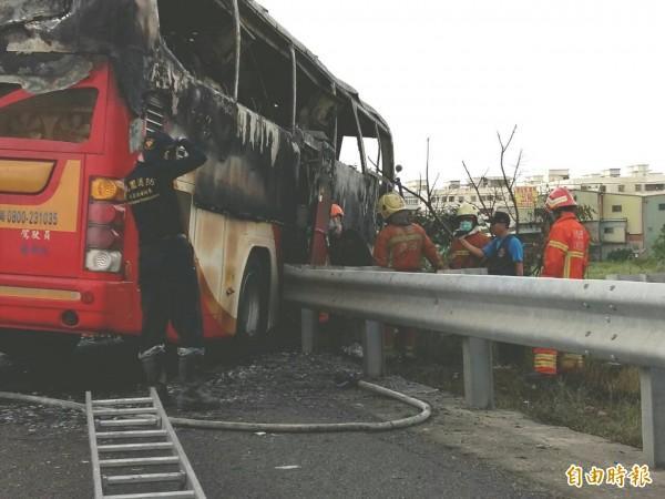 逃生門被國道護欄卡住,因此車上乘客逃生不及被活活燒死,絕大多數死者均集中在遊覽車後半部。(記者鄭淑婷攝)