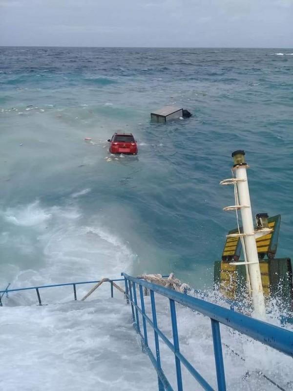 船上載運的車輛也紛紛落海。(圖擷自IG : Daeng Info推特)