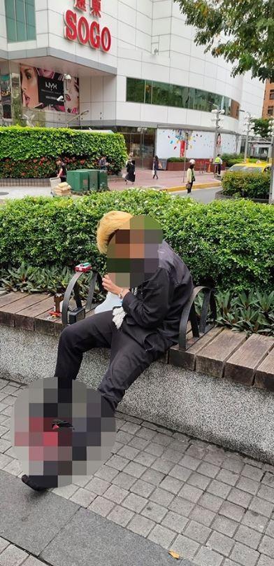 原po拍下遛鳥男子的照片。(圖擷自《爆料公社》)