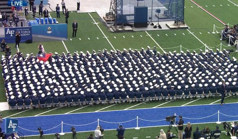 唱名至我國畢業生時,畢業生舉起國旗,全場鼓掌。(圖翻攝自US Air Force Academy (Official) 臉書)