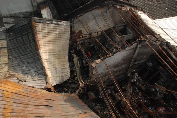 消防局人員初步研判,懷疑是因老舊電線走火,引發這場火警。(記者顏宏駿攝)