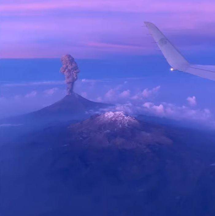 機上乘客錄下火山噴發的珍貴畫面。(擷取自YouTube)