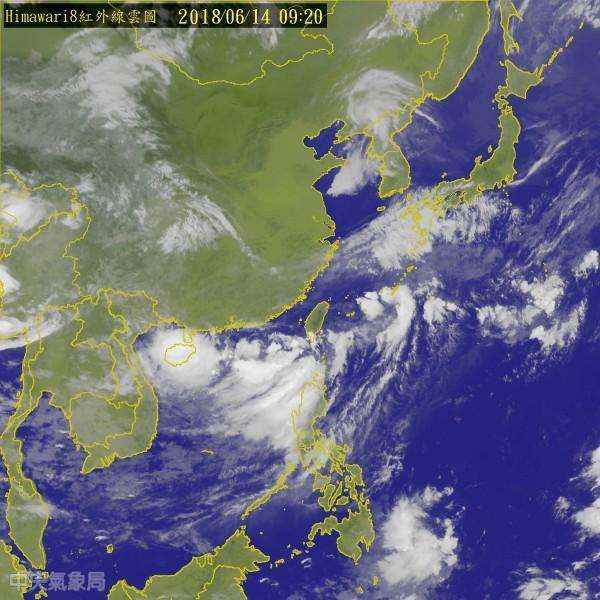 台灣西南邊熱帶性低氣壓距離鵝鑾鼻西南西方還不到300公里,有機會發展成為今年第6號颱風「凱米」。(擷自中央氣象局)