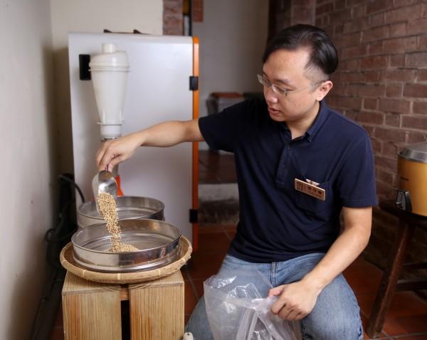 稻舍負責人葉守倫堅持向小農購買整袋稻榖,自行用碾米機加工、去殼,確保顧客吃到的每碗飯,都是最新鮮的米食。(記者臺大翔攝)