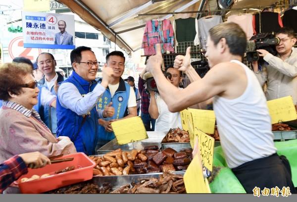 國民黨台北市長候選人丁守中15日至吳興市場掃街拜票,爭取民眾及攤商支持。(記者羅沛德攝)