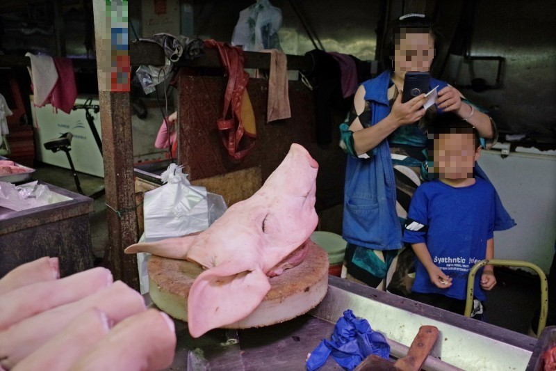 中國最大飼料廠「新希望六和」看準越南豬肉需求成長的潛力,今(25)日宣布首座「海外養豬場」在越南落成。圖為中國北京市豬肉攤。(歐新社)