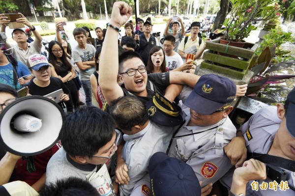 桃區高校聯盟上午到教育部抗議,要求教育部撤回黑箱課綱,與警方發生激烈推擠衝突。(記者陳志曲攝)