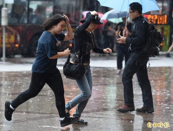 今日白天因鋒面逐漸接近,大氣環境轉趨不穩定,各地降雨機率提升,天氣變化相當迅速。(資料照)