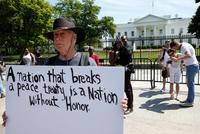 在白宮外面抗議的民眾。(路透)