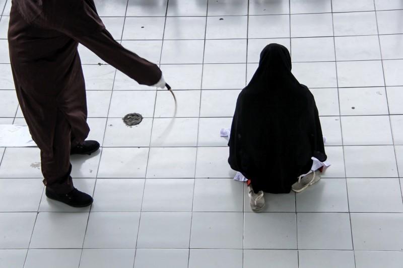 新加坡一名45歲父親對女兒伸出狼爪,從2011年開始在3年間多次性侵11歲女兒的他,居然在被判處23年6個月徒刑及24次鞭刑後跑去將下體整型,企圖脫罪。鞭刑示意圖。(歐新社)