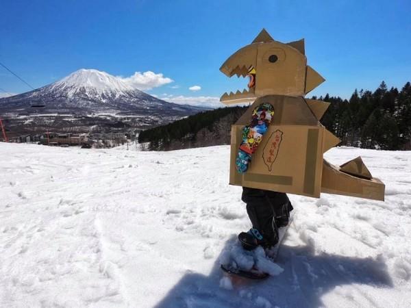 一名父親在網路上分享,替兒子用紙箱作了一身恐龍裝後,兩人特地飛到日本與羊蹄山合照。(圖擷取自臉書社團「爆廢公社」)