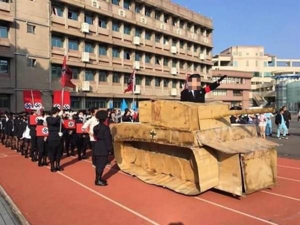 學生登上戰車效法希特勒式揮手。(取自臉書)