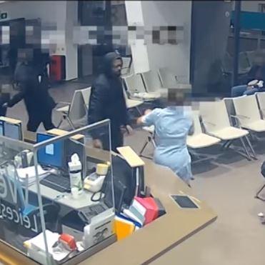 卡羅琳(右)上前阻擋阿卡。(圖擷取自Youtube「Leicestershire Police」)