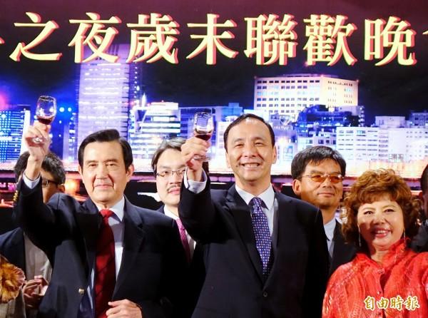 前總統馬英九(左)、前新台北市長朱立倫(前排中)10日出席內科發展協會歲末聯歡晚會,二人一同舉杯向現場與會人士致意。(記者朱沛雄攝)