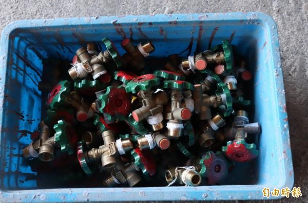 宜縣已回收838個有問題的瓦斯鋼瓶開關。(記者林敬倫攝)